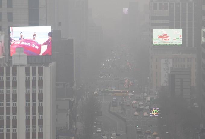 2015년 전세계적으로 미세먼지 등 대기오염으로 880만명이 조기에 숨졌다는 연구결과가 나왔다. 서울과 경기, 충청 등 전국 곳곳에 초미세먼지 주의보가 발령된 날 서울 세종로사거리 일대이다.  연합뉴스 제공