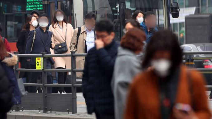 서울 강남구 버스정류장에서 마스크를 쓴 출근길 시민들이 발걸음을 옮기고 있다. 연합뉴스