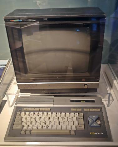 필자의 첫 번째 컴퓨터인 대우 IQ-1000. MSX 호환 기종으로, 기본 탑재한 MSX BASIC을 배울 수 있었다. 넥슨 컴퓨터 박물관에서 오랜만에 볼 수 있었는데, 빠져 버린 오른 방향 키마저 무척이나 반가웠다. MSX 기종은 당시로서는 그래픽 성능이 우수했기 때문에 목적과 달리 게임 용으로도 많이 이용됐다. 그래서 위 사진과 같이 방향 키가 망가지는 일은 무척 흔했다. 게임에 있어 방향 키 조작은 필수이기 때문이다.