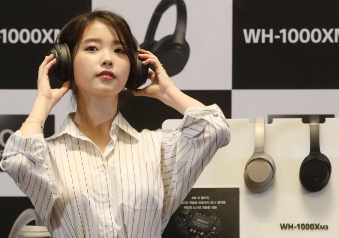 가수 아이유가 한 기업의 무선 헤드폰을 쓰고 있다. 무선 전자기기의 종류가 점점 늘어나는 시대에, 전자파가 혹시 건강에 영향을 미칠지 모른다는 걱정도 함께 늘어난다. 하지만 전문가들은 염려할 필요가 없다고 말한다. 동아일보DB