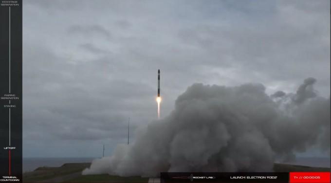 DARPA의 실험 통신 위성(R3D2)이 일렉트론에 실려 오후7시27분(현지시간) 뉴질랜드 동부 마히아 반도 끝에 자리한 로켓랩 발사장에서 발사되고 있다. 로켓랩 제공