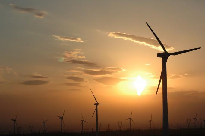 중국 신장의 평야 지역에 설치된 풍력발전기가 석양을 배경으로 회전하고 있다. 태양광과 풍력 등 재생에너지는 온실가스 배출이 적다는 장점이 있지만, 지역과 기상 등 조건에 따라 발전량이 들쭉날쭉하다는 게 단점이다. 여분의 에너지를 저장했다 발전량이 적을 때 쓰는 연료전지가 필요한 이유다. 사진 제공 위키미디어