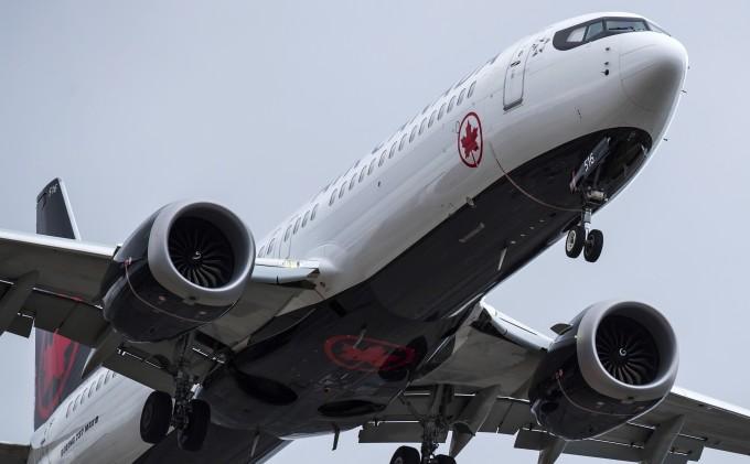 """에티오피아항공 소속 미국 보잉사의 '737 맥스8' 여객기 추락사고 이후 세계 각국이 기종 안전성 문제로 운항중단 조처를 내리는 가운데, 도널드 트럼프 미국 대통령이 사고에 대한 첫 반응으로 """"비행기가 너무 복잡해 비행할 수 없어지고 있다""""는 트윗을 남겼다. AP/연합뉴스"""