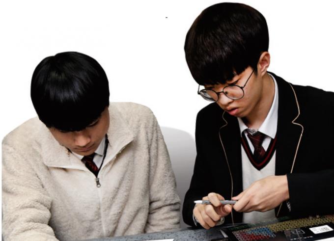 매화고 학생들이 주기율표를 제작하고 있다. 학생들은 2시간 동안 주기율표를 제작했다. 신용수 기자