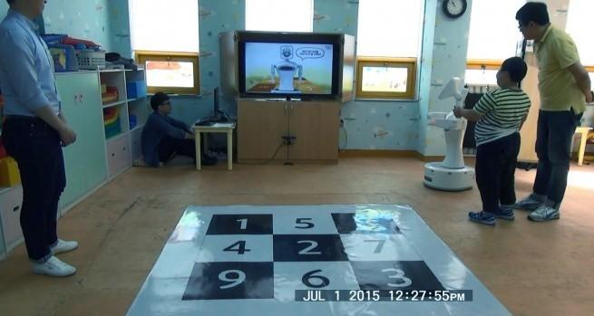 연구팀이 로봇짱으로 ADHD를 진단하는 실험을 하는 장면. 정서·행동장애연구 제공