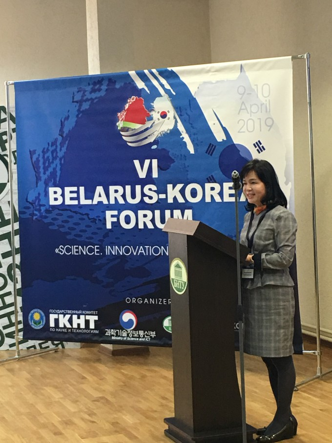 10일 오전(현지시간) 벨라루스 국립기술대에서 개최된 제6차 한-벨라루스 과학기술포럼에서 송경희 과학기술정보통신부 국제협력관이 축사를 하고 있다. 이날 개최된 포럼에는 양국의 약 200명의 학생, 연구자 등 관계자가 참석했다. 과학기술정보통신부 제공