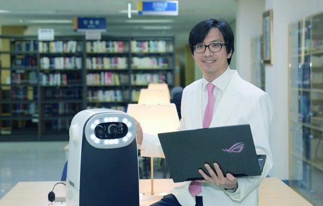 한양대병원 안과 임한웅 교수(사진)는 로봇제조업체 올빛트리와 함께 사시각을 정확하게 측정할 수 있는 사시각 측정 의료로봇을 개발했다. 한양대병원 제공