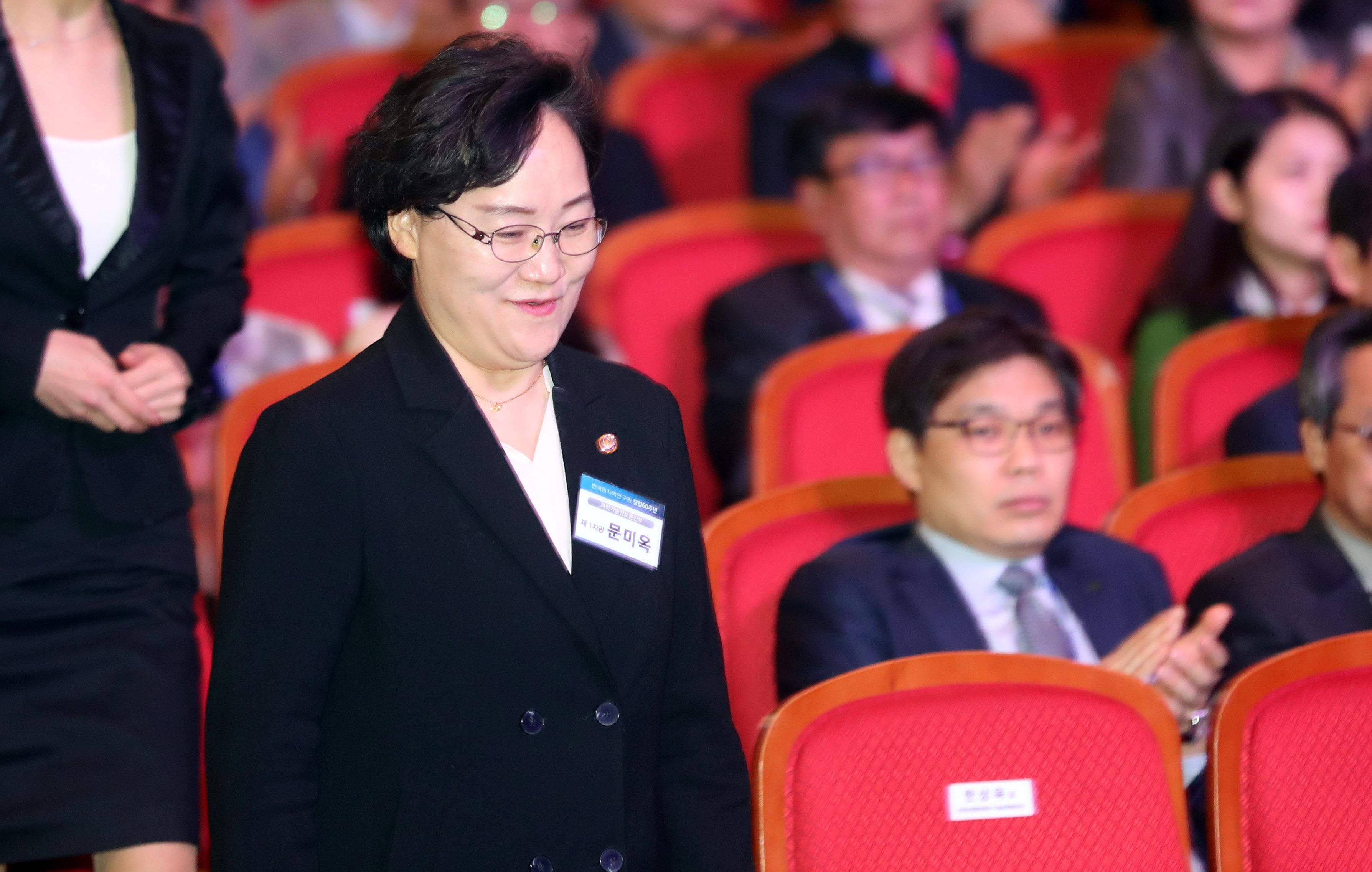 문미옥 과기정통부 차관이 9일 대전 유성구 국립중앙과학관에서 열린 한국원자력연구원 창립 60주년 기념식장에 입장하고 있다.