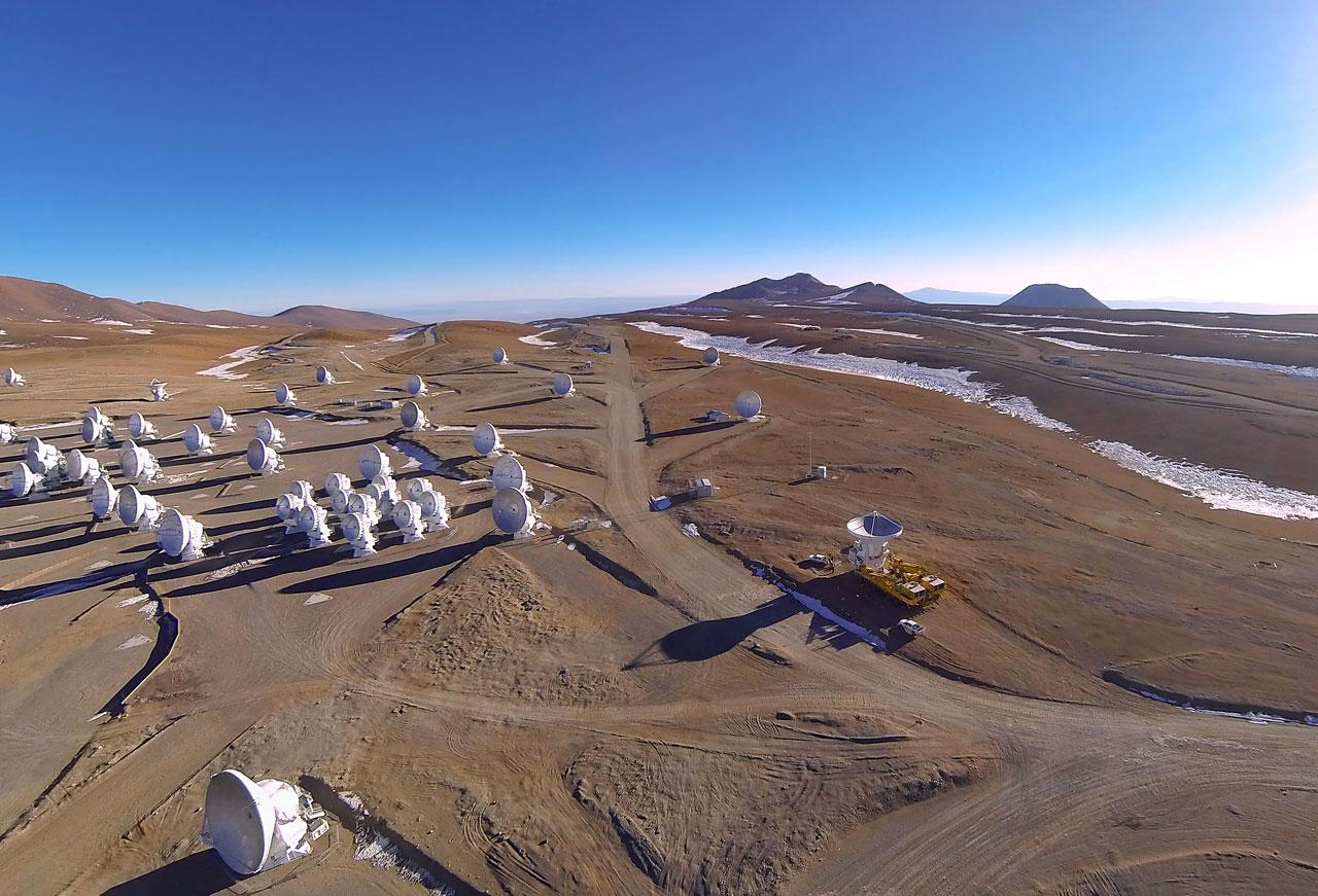 이번 관측에 참여한 전파망원경 집합체인 ALMA는 칠레 북부의 아타 카마 사막의 고원 해발 5000 미터에 위치하고 있다.ESO