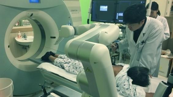 [미리 체험하는 의료로봇]④ 암세포 정확히 찾아 찌르는 의료로봇계 로빈후드