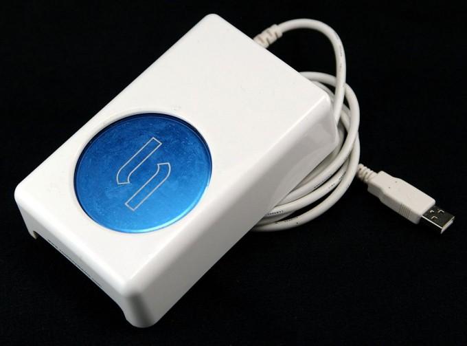 열전효과를 이용한 냉각장치로 파란 원 위에 음료를 두면 끝까지 시원하게 마실 수 있다. 열전냉각은 비싸고 효율이 낮아 특수한 용도로만 쓰이고 있다. 위키피디아 제공