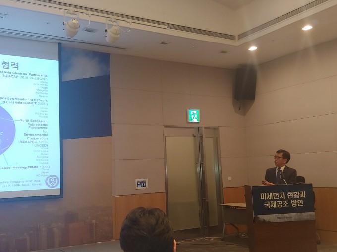 김준 연세대 대기과학과 교수가 한국의 미세먼지 상황에 대해 설명하고 있다. 조승한 기자