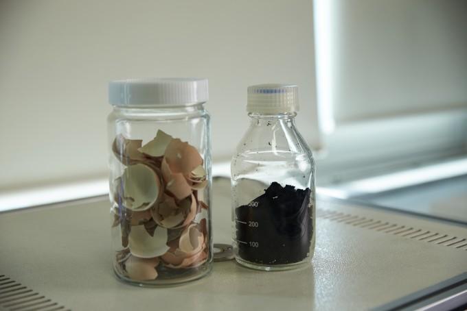 달걀 껍데기(왼쪽)와 이 물질을 활용해 만든 그래핀(오른쪽)의 모습이다. UNIST 제공