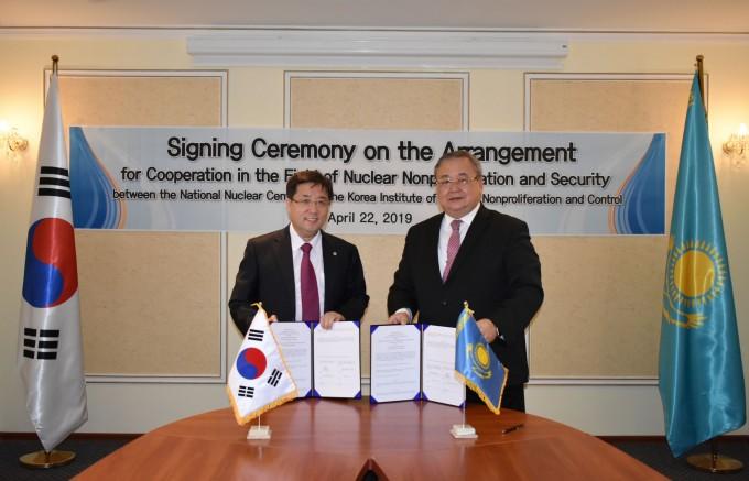 한국원자력통제기술원(KINAC) 김석철 원장(왼쪽)과 카자흐스탄 국립원자력센터(NNC) 엘란 가들레토비치 바티르베코프 센터장이 22일 카자흐스탄 수도 누르술탄에서 업무협약을 체결했다. 한국원자력통제기술원 제공