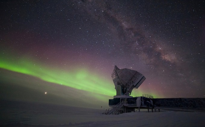 유럽남방천문대가 운영하는 남극텔레스코프(SPT). ESO 제공