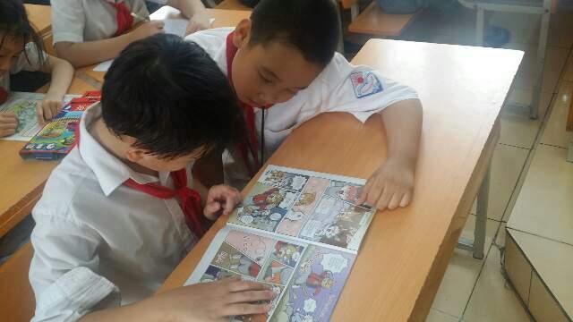 어린이과학동아 베트남판을 보고 있는 하노이 탄마이(Tan mai)초등학교 학생들. 어린이과학동아 제공