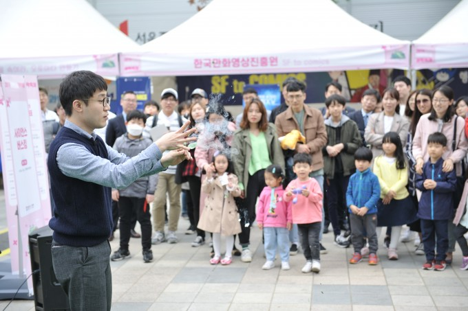 한빛미디어파크에서 사이언스 버스킹 공연을 진행하는 과학커뮤니케이터의 모습이다. 한국과학창의재단 제공