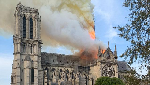 프랑스 노트르담 대성당의 첨탑 부위가 15일 화재로 불타고 있다. 일부 소실된 부분을 포함해 복원 방법이 논의되고 있는 가운데, 과거에 3차원(3D) 스캔 기술을 이용해 조사한 자세한 데이터가 복원에 활용될지 주목 받고 있다. 위키미디어