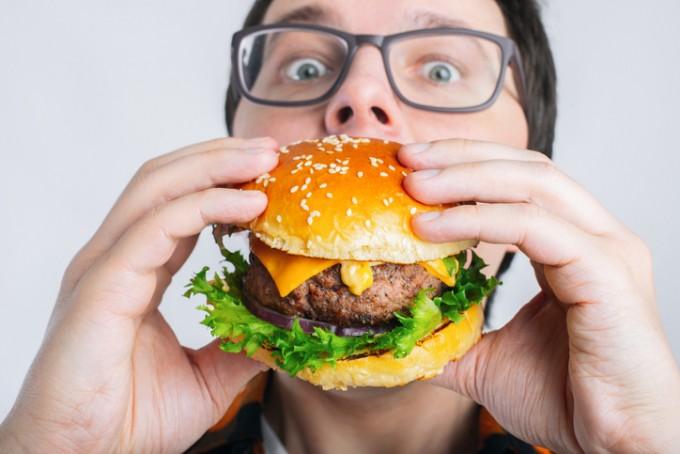 스트레스를 받으면 폭식하게 되는 이유가 높아진 혈중 인슐린 수치 때문이라는 연구결과가 나왔다. 게티이미지뱅크 제공