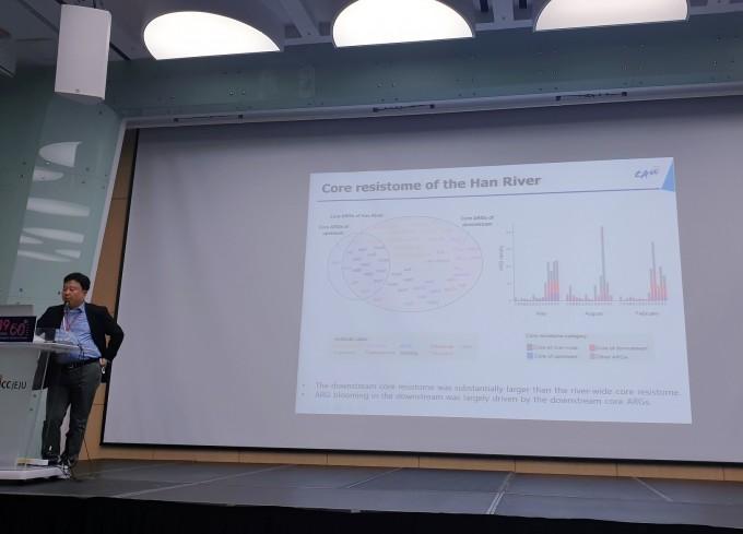 19일 제주국제컨벤션센터에서 열린 '2019년도 한국미생물학회 창립 60주년 기념 국제학술대회'에서 차창준 중앙대 생명공학과 교수가 한강에서 찾은 항생제 내성 유전자에 대해 설명하고 있다.