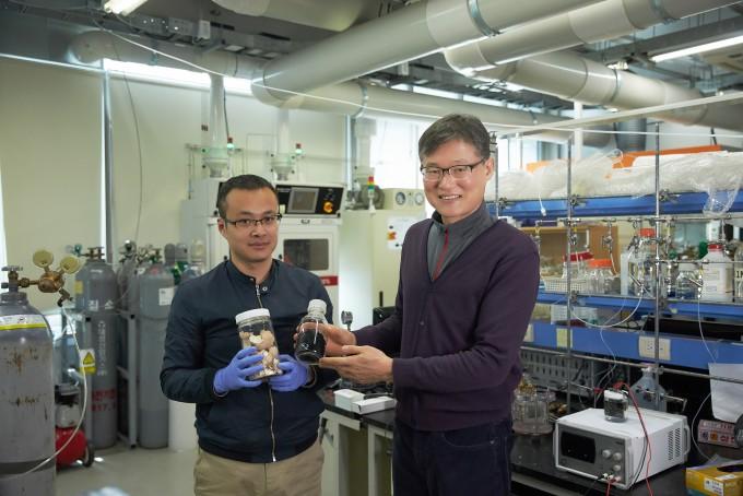 백종범(왼쪽) 교수와 연구팀이 달걀 껍데기와 알코올 변환 반응을 진행한 뒤 생성된 그래핀을 손에 들고 있다. UNIST 제공