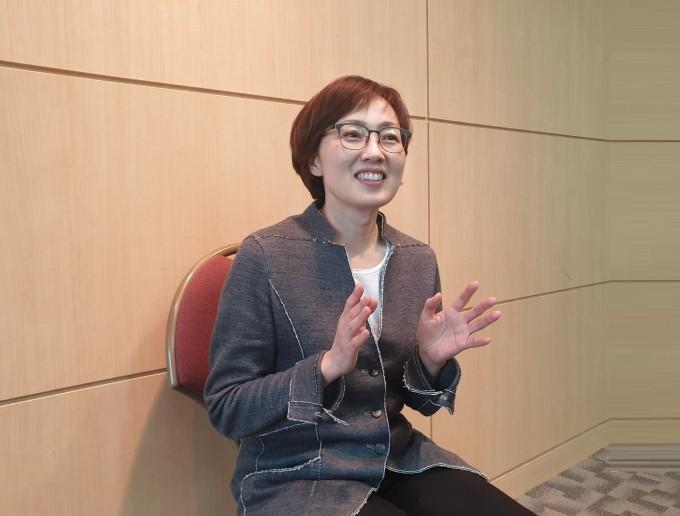 김빛내리 교수가 ′행복한 실험실′을 만들려면 자율성과 배려, 협동이 중요하다고 말하고 있다.