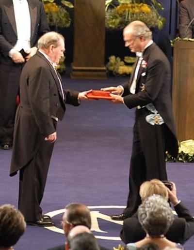 2002년 노벨상을 수상하는 브레너 박사. 그는 1970년대에 예쁜꼬마선충을 이용해 발생 과정에서 일어나는 세포의 예고된 죽음인 세포사멸 과정을 밝혀 노벨 생리의학상을 공동 수상했다. 사진제공 노벨재단