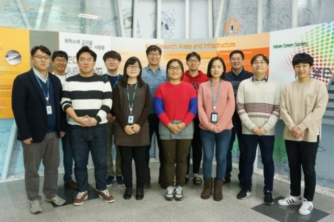 한국화학연구원 페로브스카이트 태양전지 연구진. 맨 왼쪽에서 첫번째가 서장원 책임연구원, 8번째가 신성식 선임연구원이다. 화학연 제공