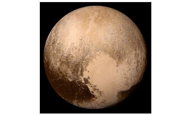 =탐사선 '뉴허라이즌스'가 2015년 7월 촬영한 명왕성. 중앙의 거대한 하트 무늬 상당 부분은 질소와 탄소로 된 빙하다. 이번에 미국 연구팀은 빙하 일부 표면에서 줄무늬 지형을 새로 찾았다. 메탄 얼음알갱이가 쌓인 모래 언덕이다. NASA 제공