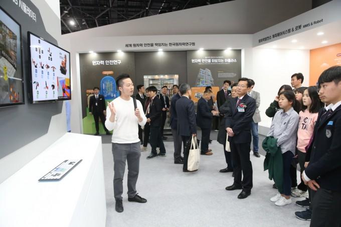 ′한국원자력연구원 창립 60주년 특별성과전시회′에서 전시회 관람객들이 원자력발전소 로봇 시뮬레이터 사용법에 대한 설명을 듣고 있다. 사진제공 한국원자력연구원