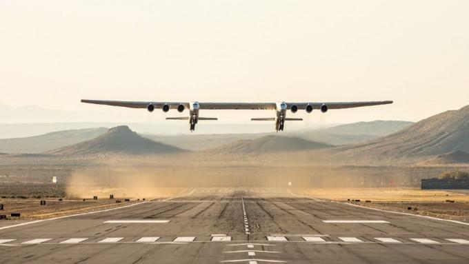 세계 최대 항공기인 이동식 로켓 발사대 ′스트라토런치′가 13일 첫 시험 비행에 성공했다. 스트라토런치 시스템스 제공
