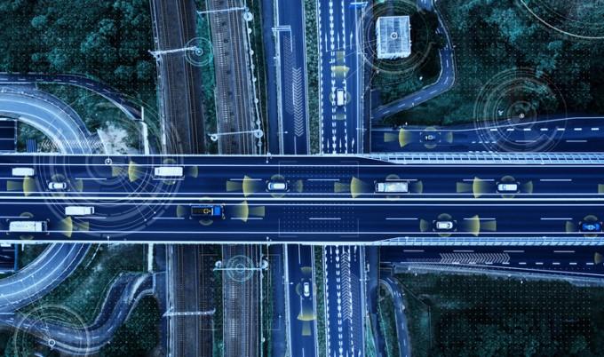 스마트 도로조명은 조명의 기능 외에 교통사고 저감을 위한 다양한 도로환경 정보를 제공한다. 게티이미지뱅크