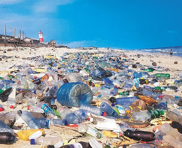 아프리카 가나 해변에 플라스틱 폐기물이 쌓여 있는 모습. 위키미디어 제공