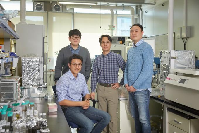 연구를 주도한 UNIST 연구자들이 모였다. 왼쪽 앞부터 시계 방향으로 박혜성 교수, 김창민 연구원, 김건태 교수, 오남근 연구원. 곽상규 교수는 촬영에 함께 하지 못했다. 사진제공 UNIST