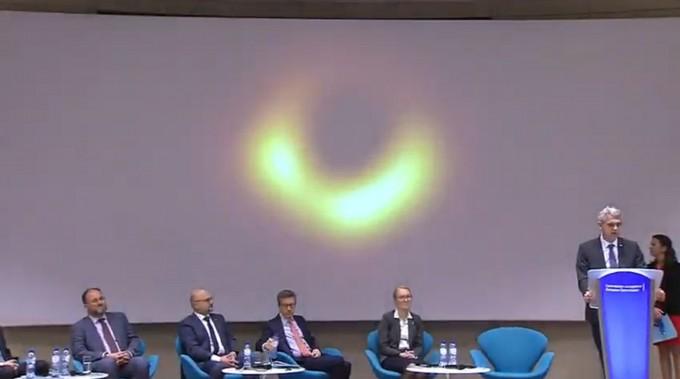 10일 밤 10시(한국시간) 벨기에 브뤼셀에서 개최된 사건지평선망원경(EHT) 기자회견에서 연구자들이 인류가 처음 관측한 블랙홀 영상을 공개하고 있다. 유럽남방천문대 중계화면 캡쳐