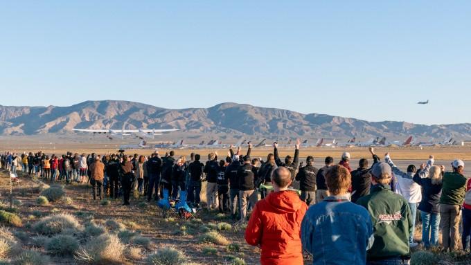 13일 미국 캘리포니아주 모하비 사막에서 스트라토런치의 첫 시험비행을 보기 위해 모인 관계자들과 관람객들이 이륙하는 스트라토런치를 바라보며 환호하고 있다. 스트라토런치 시스템스 제공