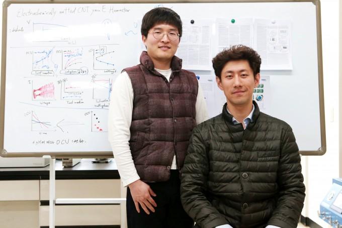 최창순 대구경북과학기술원(DGIST) 스마트섬유융합연구실 선임연구원(오른쪽)과 손원경 연구원 연구팀은 에너지 발전과 저장, 터치 감지까지 가능한 투명한 배터리 소재를 개발했다. 대구경북과학기술원 제공
