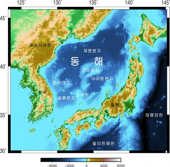 동해안에서 바다 쪽으로 38~54km 떨어진 해역에서 지진이 연이어 발생함에 따라 이 근처에 지진을 유발하는 원인이 있는지 주목 받고 있다. 지난해 7월 경상대 및 강원대 연구팀이 처음으로 밝힌 거대한 구조물이 이번 지진 발생지역과 거의 일치하는 곳에 존재하고 있다. 동해 지각이 한반도 남쪽으로 파고들고 있다는 주장도 함께 주목 받게 됐다. 사진 제공 학술지 김기범 교수