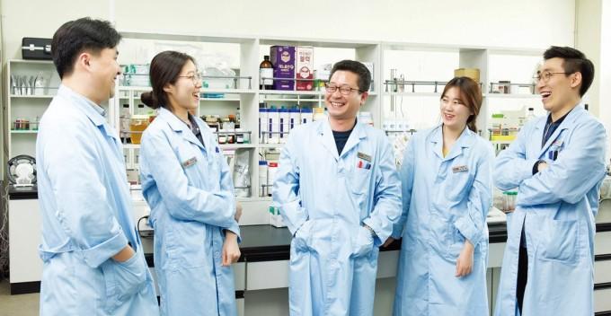 한국기초과학지원연구원과 공동으로 아로니아의 항노화 원리를 밝힌 기업 제이케이랩 연구팀이 모였다. 사진제공 국가과학기술연구회