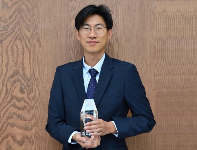 한국과학기술연구원(KIST)이 이달의 KIST인상으로 조영욱 양자정보연구단 선임연구원을 선정했다. 양자컴퓨터 개발에 필요한 양자측정 기술을 고도화해 기하학적 위상의 메커니즘을 밝힌 공로다. KIST 제공