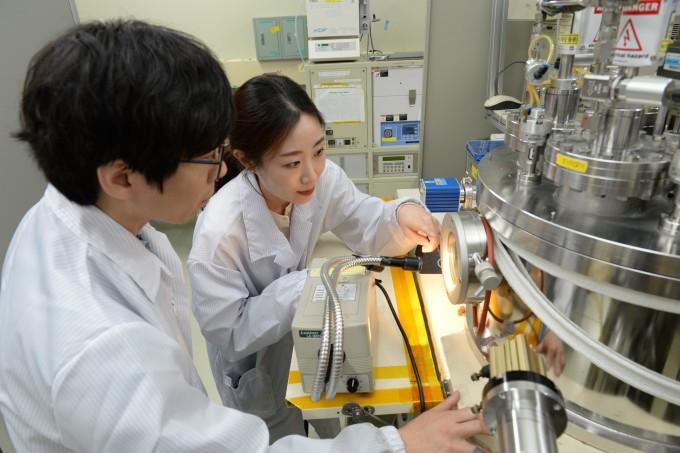홍성훈 ETRI 선임연구원(왼쪽)과 김수정 고려대 연구원이 메타물질의 박막두께를 조절하고 있다. 사진제공 ETRI