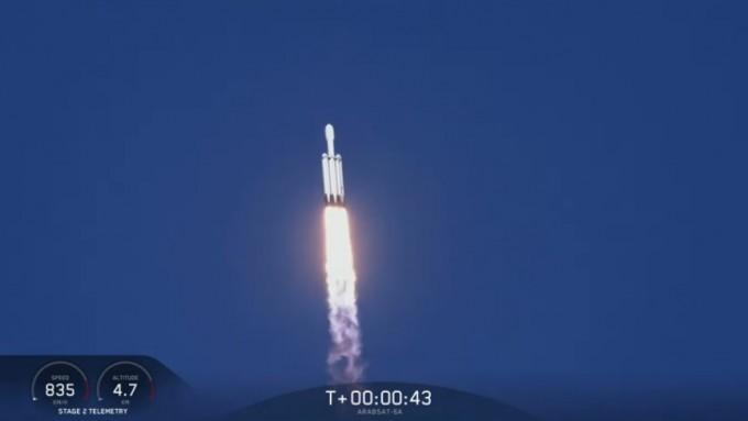12일 오전(한국시간) 미국 플로리다주 케네디우주센터에서 발사된 팰컨 헤비 로켓이 하늘로 솟구치고 있다. 스페이스X 제공.