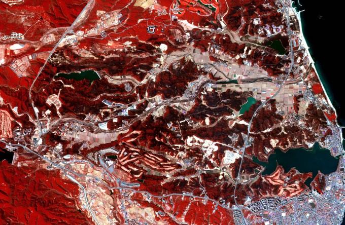 다목적실용위성3호가 5일 오후 1시에 촬영한 고성 산불 현장. 한국항공우주연구원 제공.