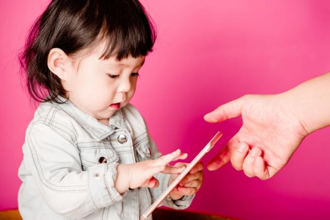 만 2세 이하 아기가 스마트폰 등 미디어 영상기기를 자주 볼 경우 언어 발달이 지연된다는 연구결과가 나왔다. 게티이미지뱅크 제공