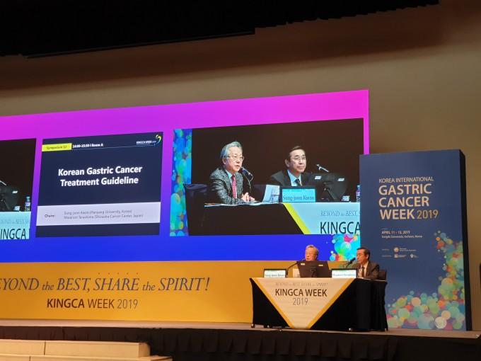 11일 대한위암학회 국제학술대회에서 권성준 한양대병원 교수(왼쪽) 진행으로 '위암 치료 가이드라인'을 공개했다