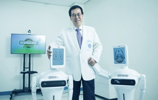안동현 한양대병원 정신건강의학과 교수(사진)와 국내로봇제조업체인 로보케어가 2015년 초등학생을 대상으로 ADHD를 진단하는 로봇 ′로봇짱′을 공동제작했다. 한양대병원 제공