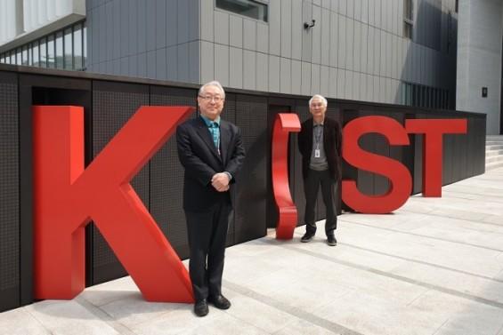 권익찬 KIST 테라그노시스연구단 책임연구원(왼쪽)이 ′절친′ 동료연구자인 최귀원 바이오닉스연구단 책임연구원(오른쪽)과서 있다.