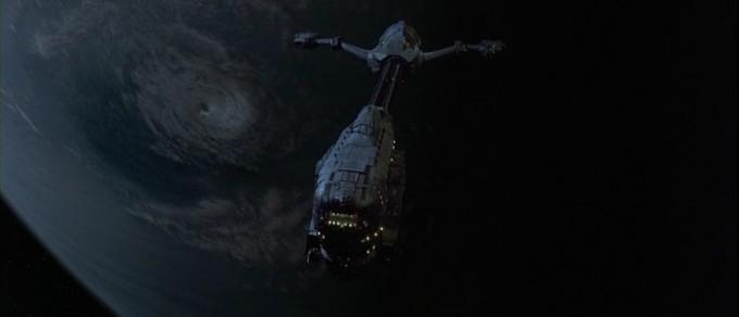 영화 ′이벤트 호라이즌′에 나오는 블랙홀을 이용해 순간적인 공간 이동을 하는 우주선의 모습을 나타냈다. 이벤트 호라이즌 캡쳐