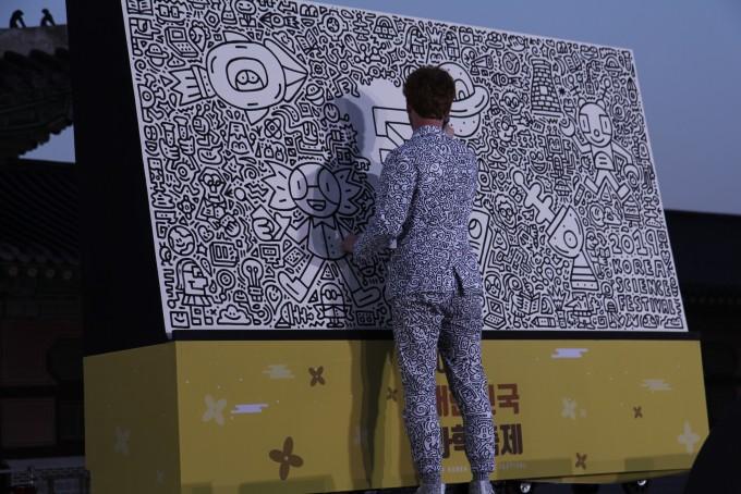 영국 팝 아티스트 ′미스터 두들′이 축제 전야제에서 한국의 과학기술을 그리는 퍼포먼스를 하고 있다. 조승한 기자 shinjsh@donga.com
