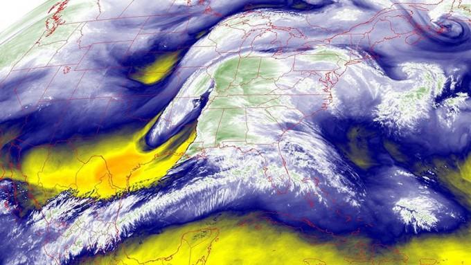 기상 위성 데이터를 통해 미국 대륙에 걸쳐 대기 중 수증기 분포를 보여주는 이미지. NOAA 제공.